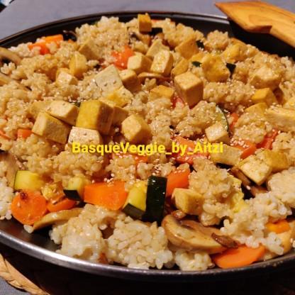 Arroz integral con verduras, tofu, alga dulse, semillas de sésamo y shoyu